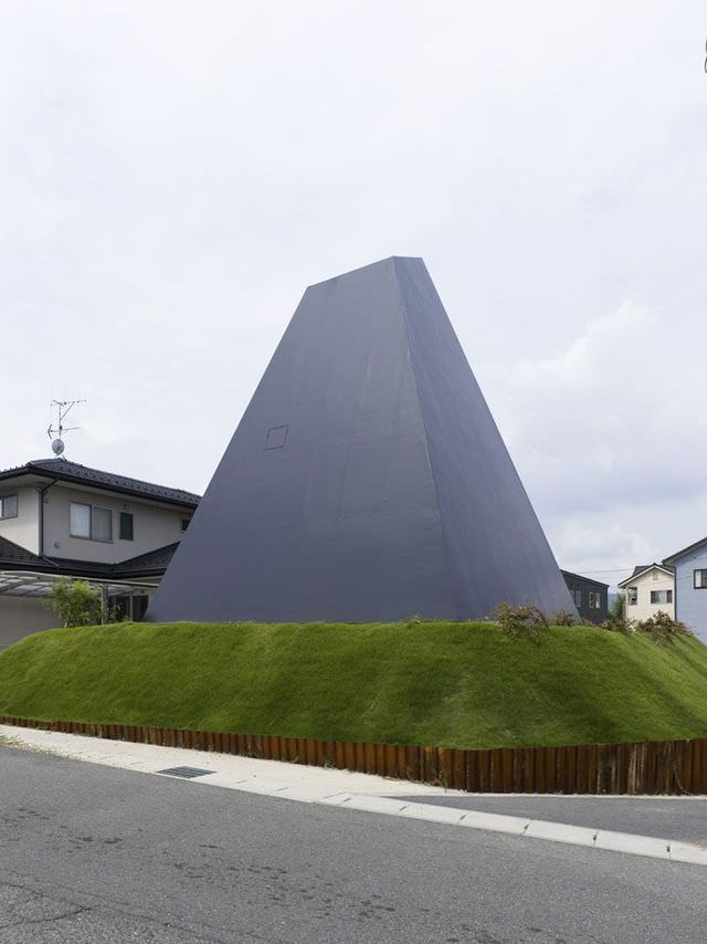 the black pyramid house