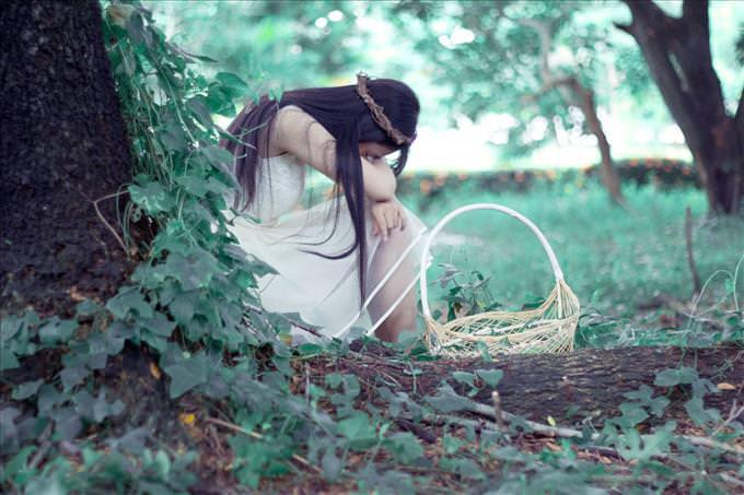 mujer llorando en el bosque