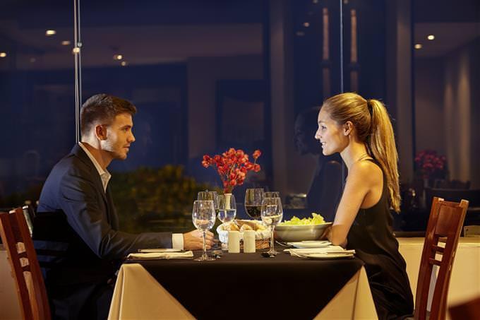pareja en un restaurante