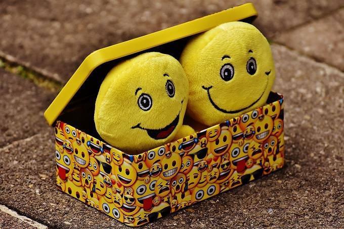 Caixa com bonecas sorridentes
