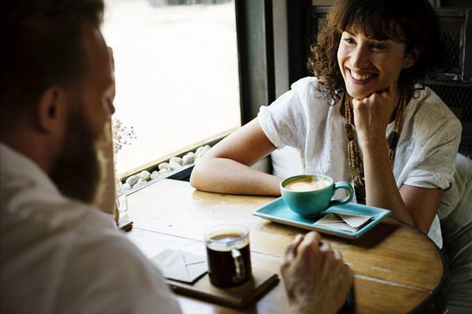 hombre y mujer hablando