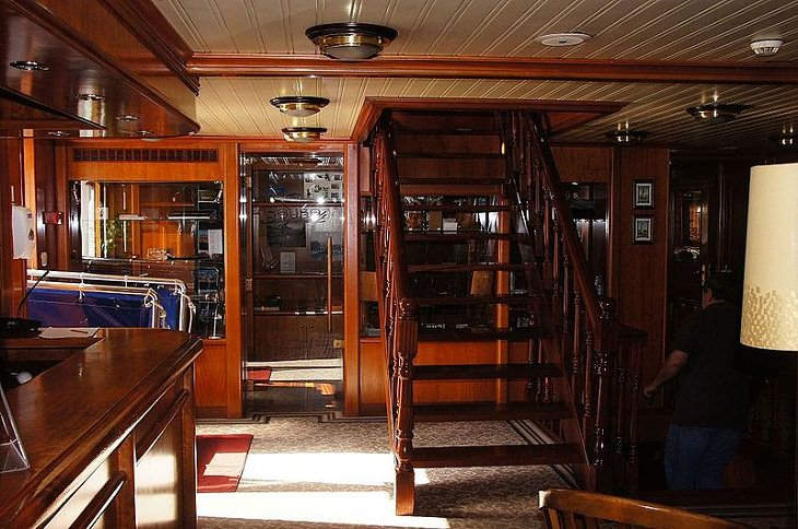 Tips for making the most of your next cruise trip, picture of a shop and lounge in a cruise ship