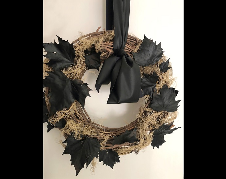 12 easy, fun and budget-friendly / cheap DIY Halloween decorations, halloween wreath covered in dark and black leaves