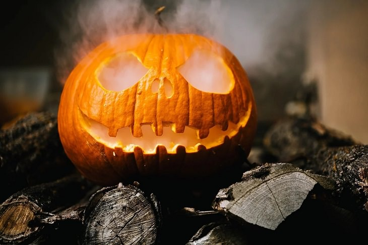 12 easy, fun and budget-friendly / cheap DIY and homemade Halloween decorations, jack-o-lantern with smoke coming out of it