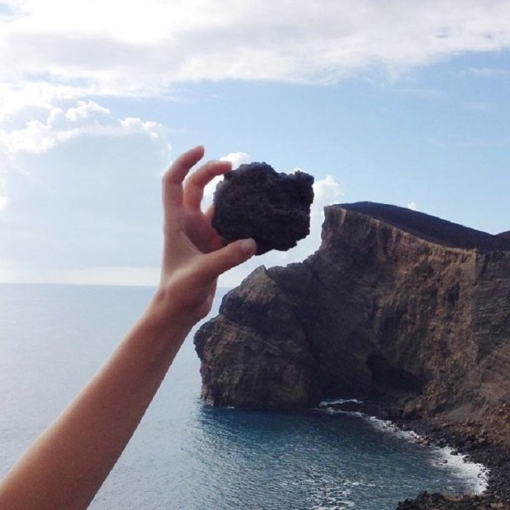 Incríveis ilusões ópticas criadas pelo artista e fotógrafo de Portugal Tiago Silva, Uma rocha que se encaixa perfeitamente na forma de um penhasco