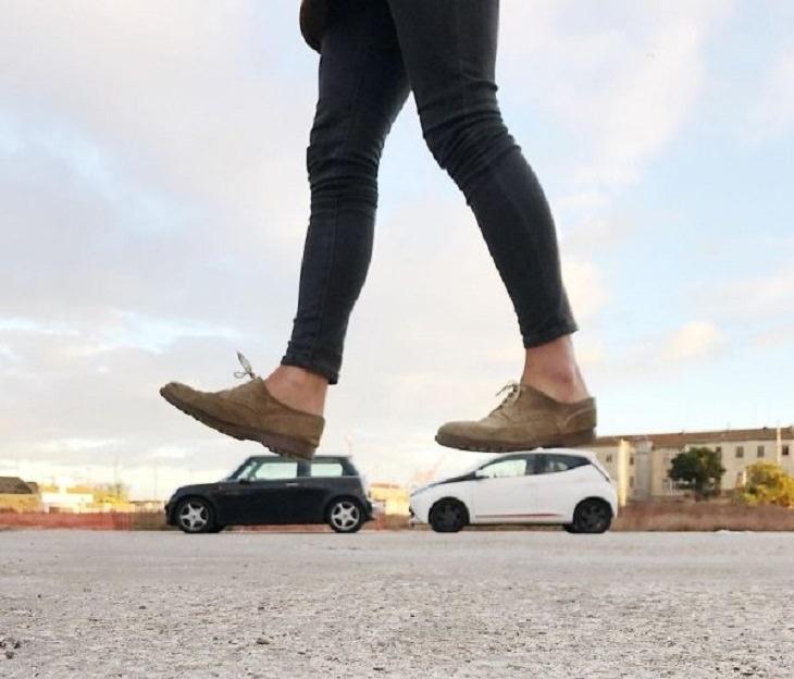 Ilusões ópticas incríveis criadas pelo artista e fotógrafo de Portugal Tiago Silva, mulher andando em carros