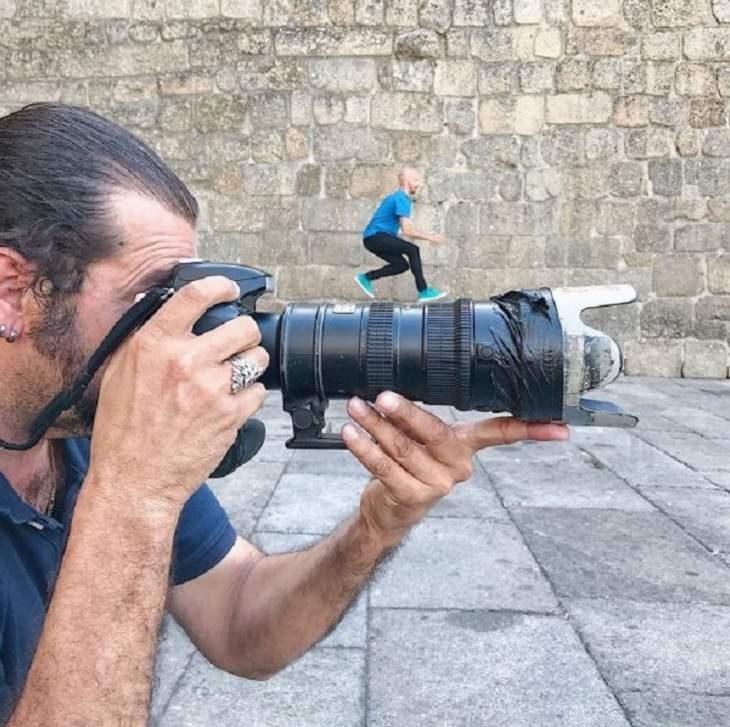 Ilusões ópticas incríveis criadas pelo artista e fotógrafo de Portugal Tiago Silva, Homem tira foto enquanto homem menor com câmera parece estar na primeira câmera