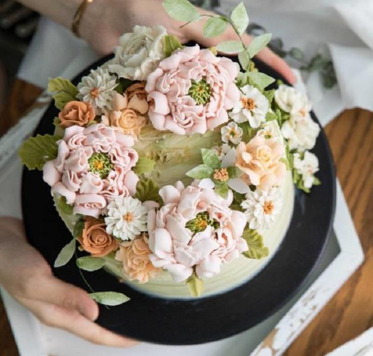 Interesting and creatively designed cakes that look too realistic to eat, flower cake