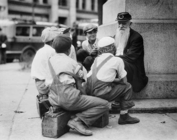 Historic photographs, Civil War Veteran recounts his war stories to shoe shine boys in 1920
