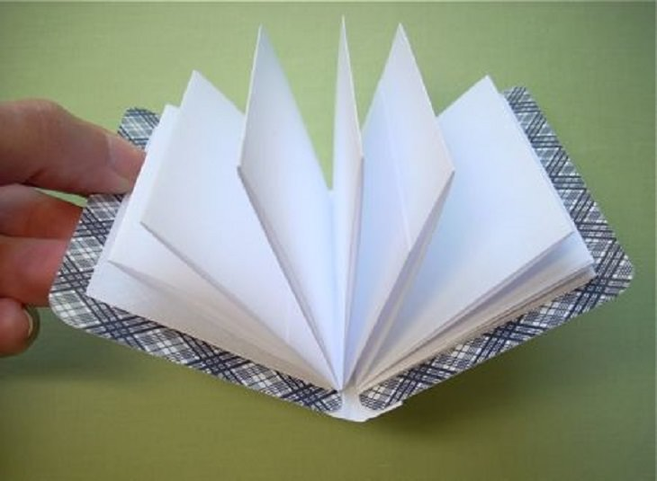 Fun and Easy DIY Arts and Crafts anyone can make at home with Playing Cards, playing card accordion notebook