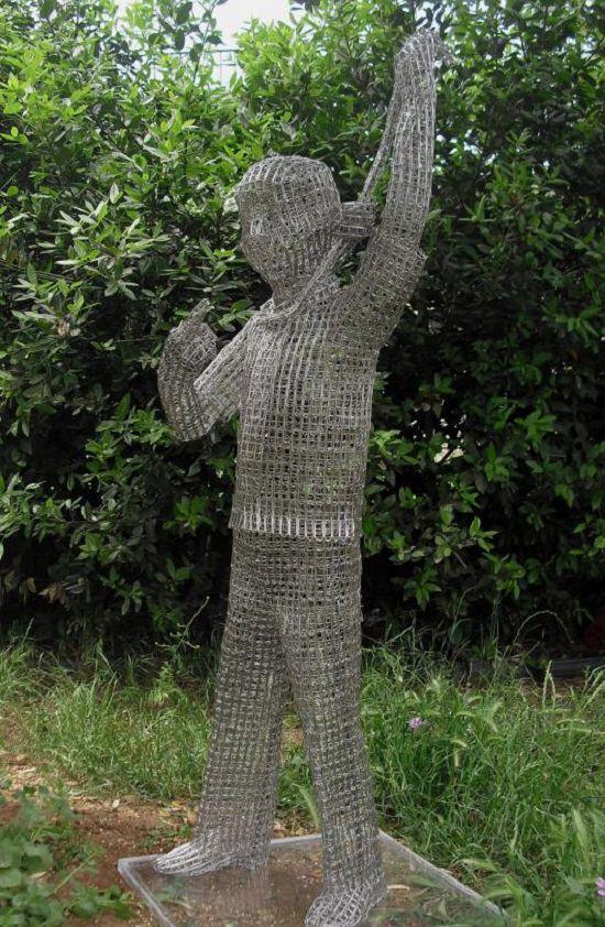 Esculturas Hechas a Base De Clips De Papel Cattelan MegustaCattelan