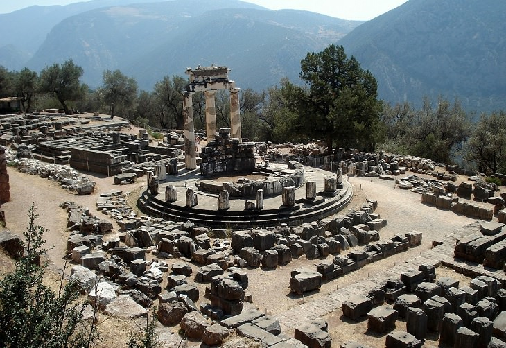 Interesting folk tales, stories, myths and legends inspired by geological phenomenon and historical landmarks, locations and events, The oracle of delphi, ancient greece, the pythia, priestess