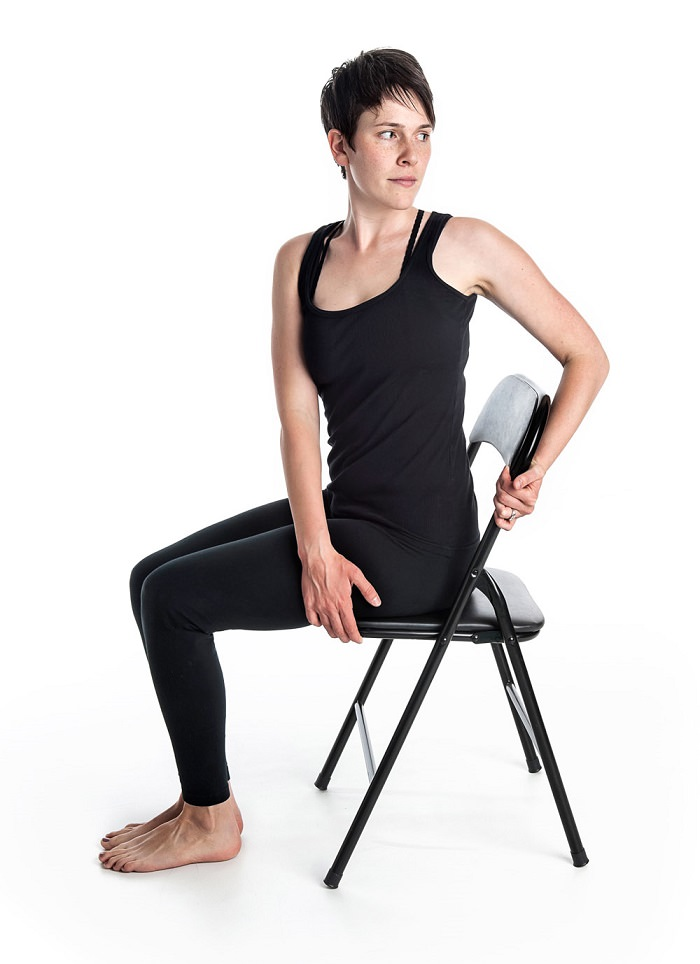 chair spinal twist - gerakan yoga
