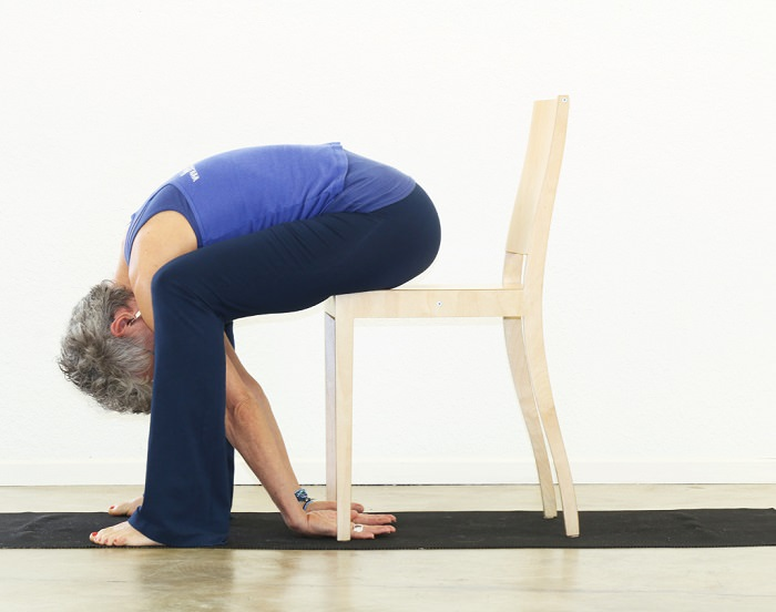 chair forward bend - gerakan yoga