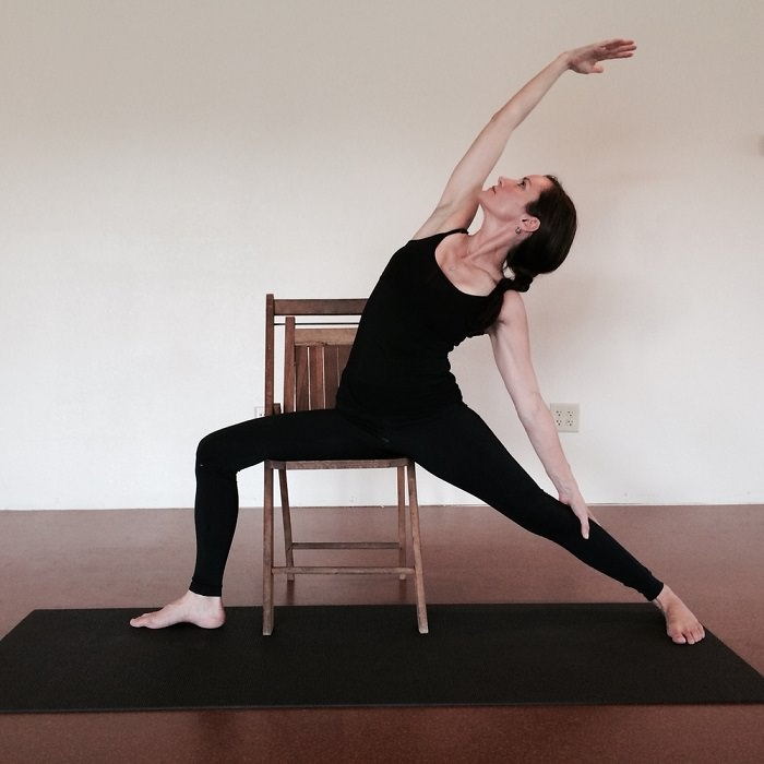 chair reverse warrior gerakan yoga
