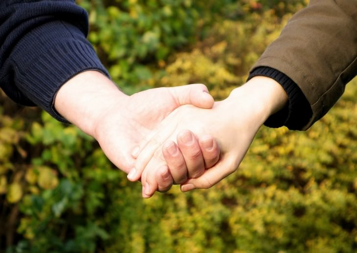 swollen palms, health, solutions, holding hands