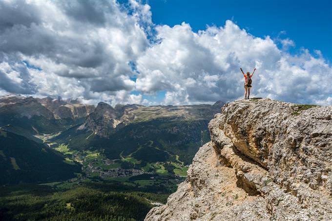 Homem de pé na montanha