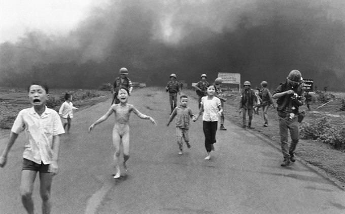 Crianças fugindo na estrada