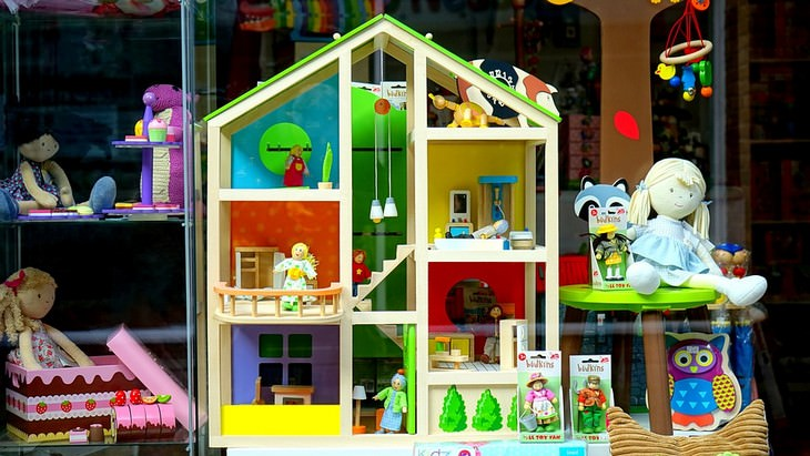 dollhouse with lots of toys