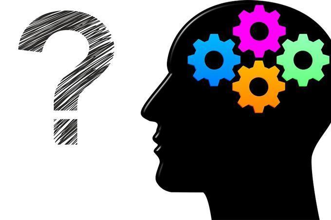 Un cerebro en engranajes al lado de un signo de interrogación
