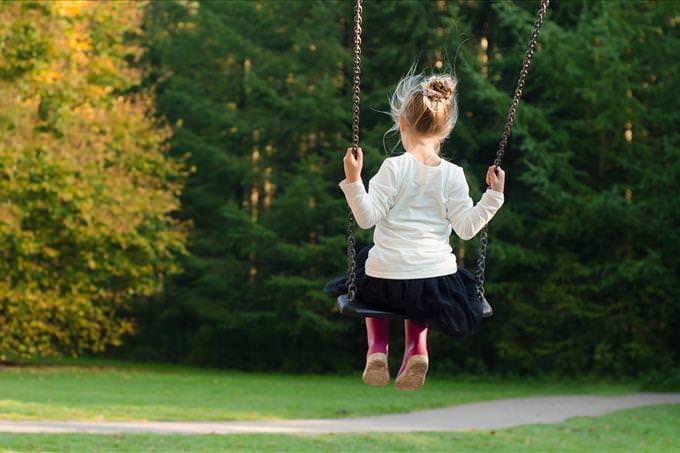 Una niña pequeña en un columpio