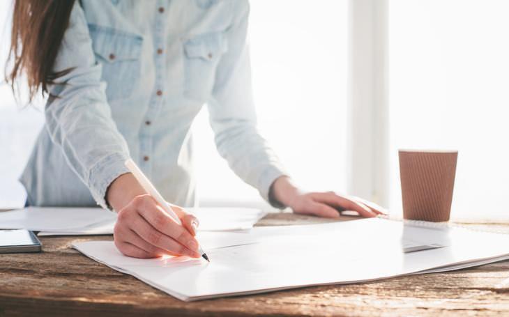 hábitos que pueden producirte dolor de espalda trabajar de pie