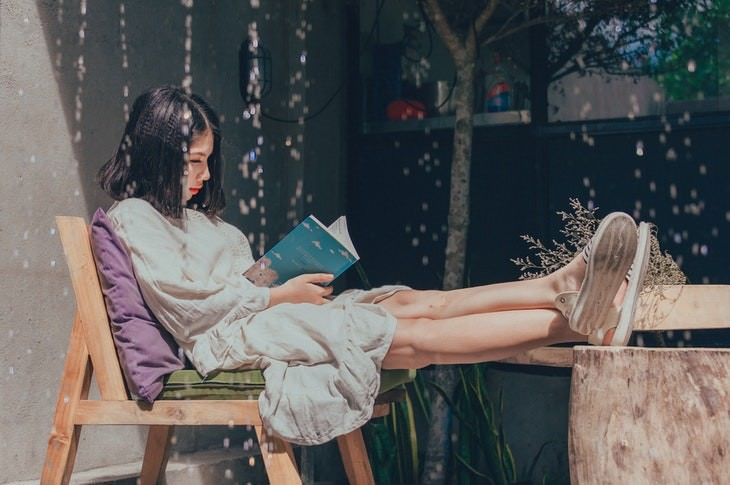 Myths About Introverts and Extroverts girl reading a book