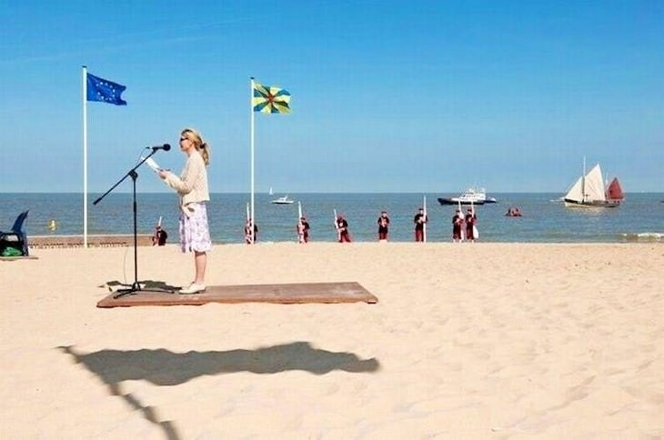 optical illusions flying carpet lady reading speech