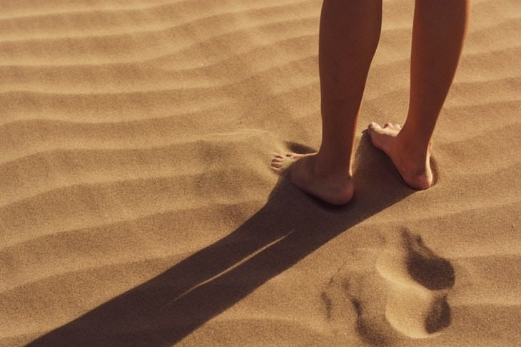weird beneficial habits barefoot feet digging into sand