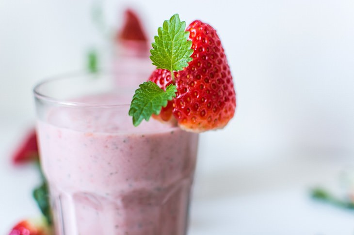 Immune-Boosting Drinks Strawberry, Mint and Kiwi Smoothie