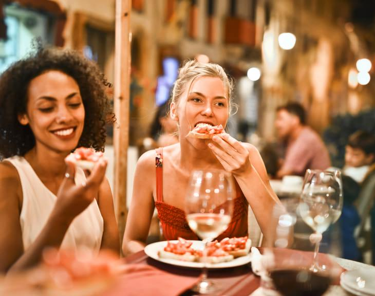 Heavy Evening Meals Affect Women's Heart Health women eating out pizza