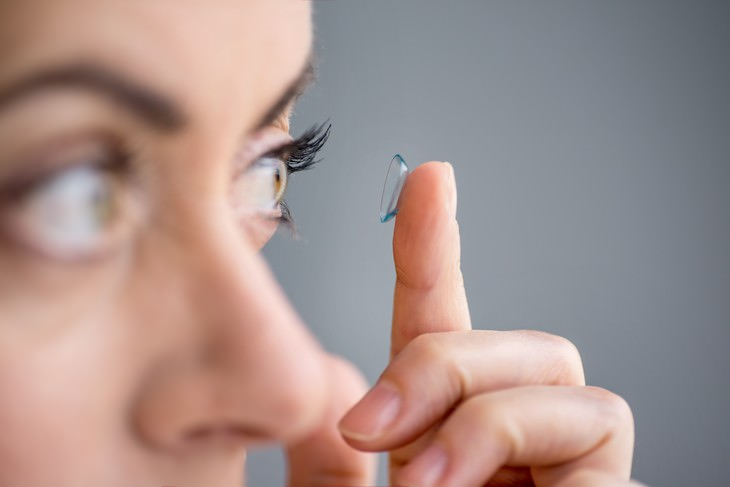 Habits Bad for Eyes woman putting on contacts