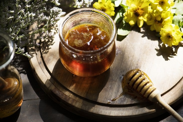 Health Benefits of  Manuka Honey ajar of manuka honey