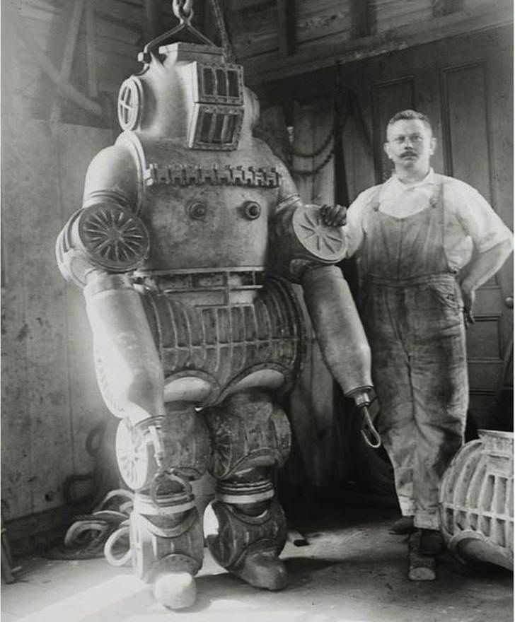 Black and white pictures: diving suit