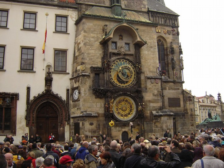 tips to avoid tourist traps astronomical clock Prague
