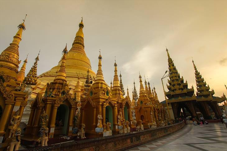 Myanmar tourism: golden pagoda