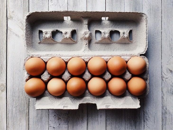 egg myths a dozen of eggs in a carton