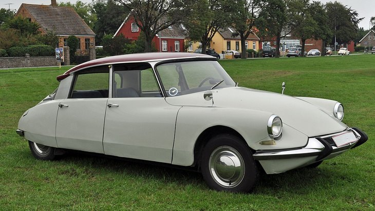 60s car models: Citroën DS