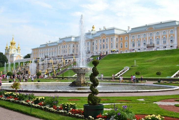 Beautiful gardens: Peterhof fountains