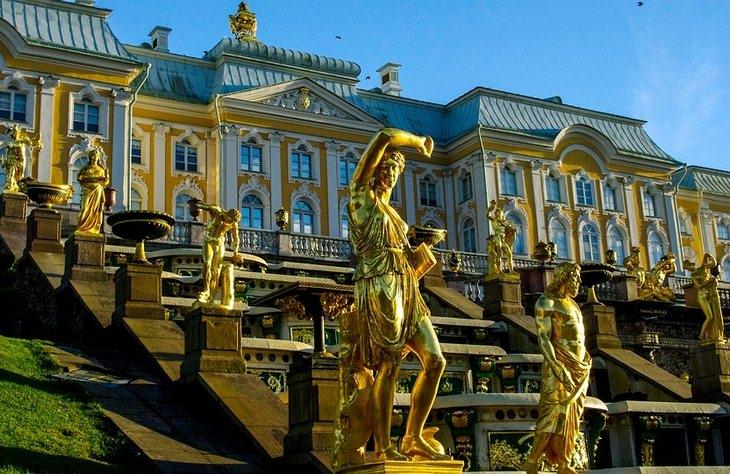 Beautiful gardens: Peterhof statues
