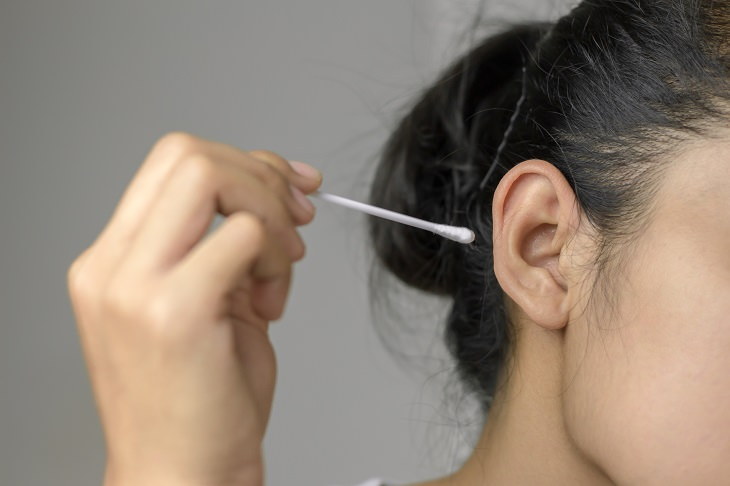 olive oil and ear cleaning cotton swab