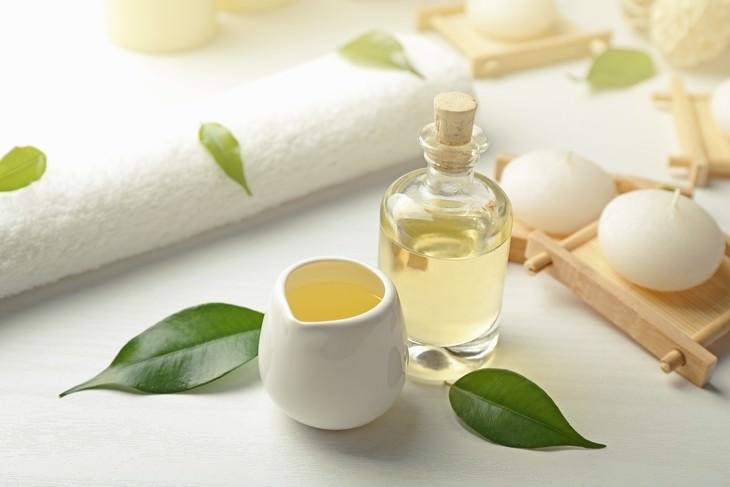 tea tree oil uses oil in a bottle