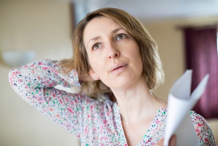 hot flashes as a predictor of heart disease in women - woman suffering from a hot flash