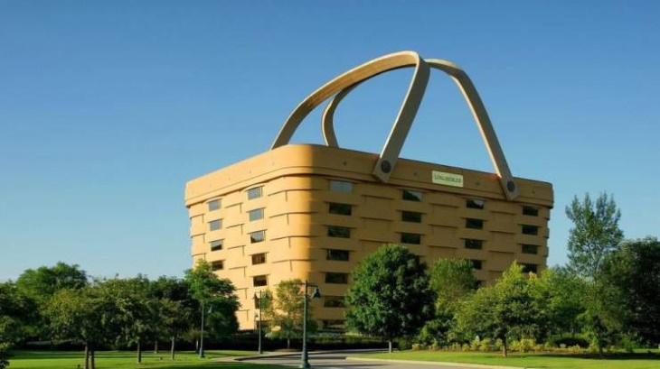 Buildings that look like other things 1. The world's largest picnic basket wasbuilt byThe Longaberger Company, ahandcrafted maple wood basket company