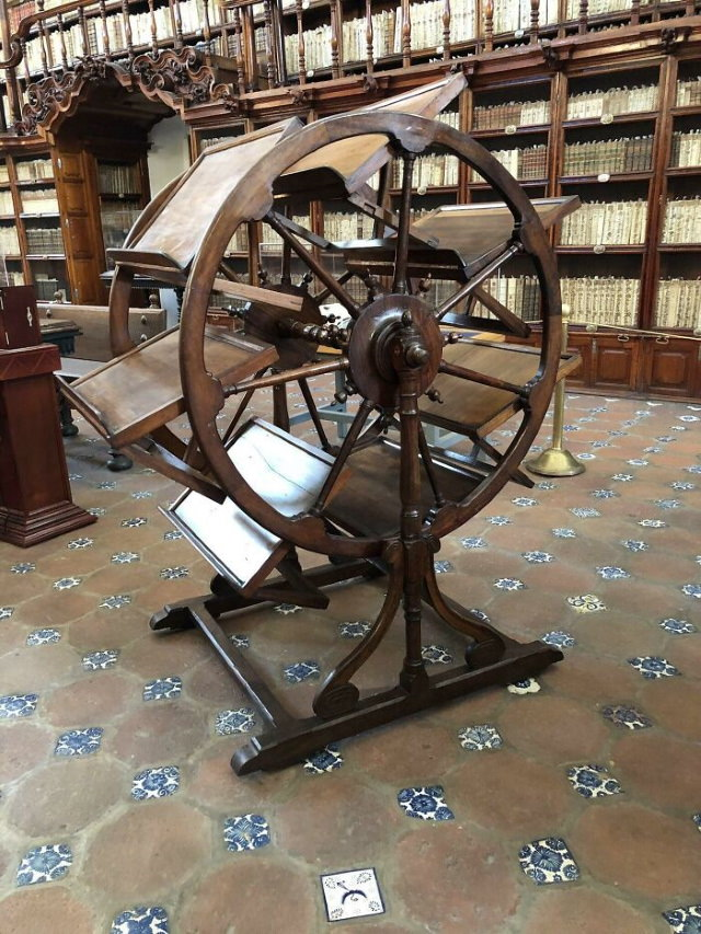 Odd Vintage Tech Inventions This 300-year-old mystery machine is located at the Palafoxiana Library in Puebla, and all it does is it lets you have up to 7 books open at onc
