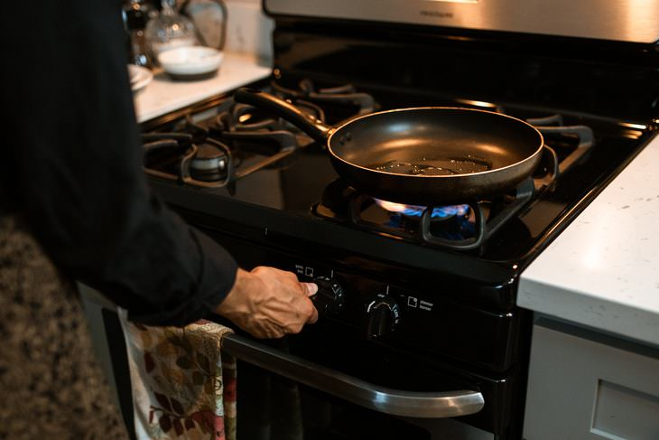 Nonstick Cookware Mistakes pan with oil