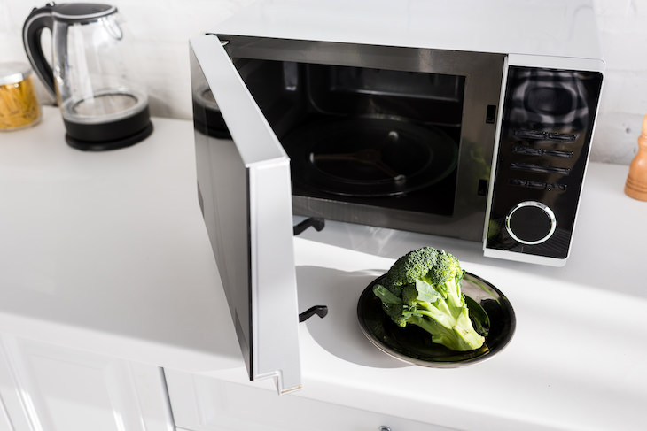 Habits That Shorten Your Microwave's Lifespan, broccoli in microwave