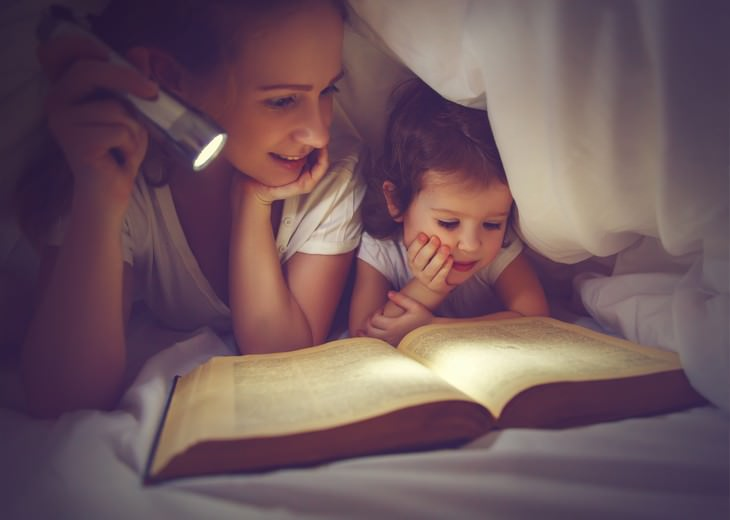 eye health myths mom and daughter reading with a flashlight