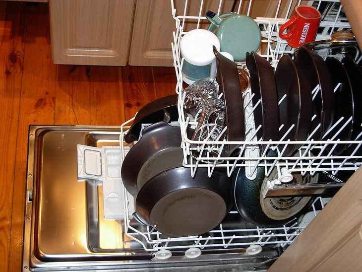 Cleaning the Dishwasher with Vinegar