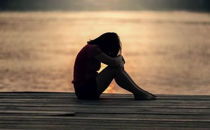 una mujer llorando en la playa